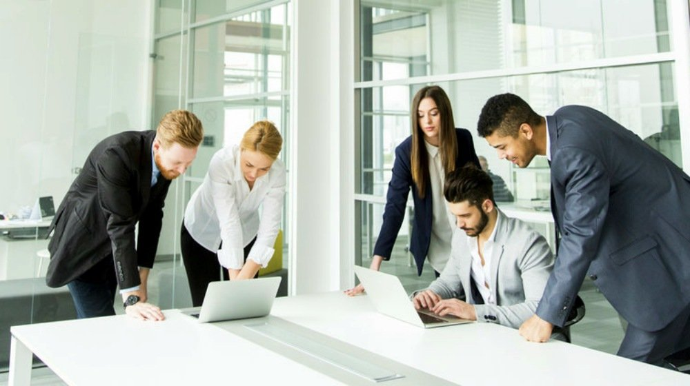 group-businesspeople-having-meeting-conference-room-people-working-together-ss-Feature
